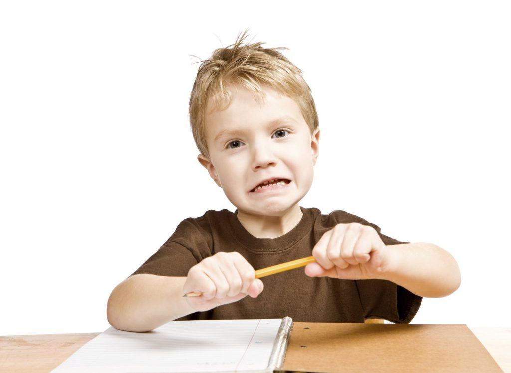Bambino stressato spezza la matita